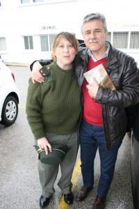 Romero junto con Manuel Cano, secretario del Colegio de Enfermería de Cádiz, quién sostiene un ejemplar de la obra