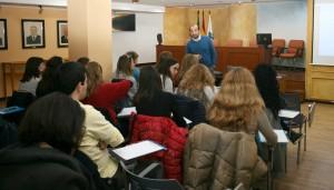 El profesor, Francisco Bordés, con un grupo de alumnos del curso de oposiciones