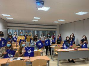 El nuevo grupo de residentes matronas muestra el material entregado por el Colegio de Enfermería de Cádiz.
