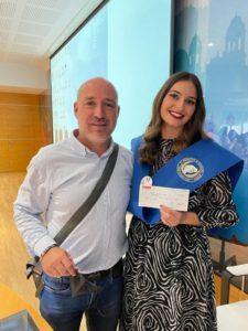 El vocal de la Asociación Andaluz de Matronas, Javier Torti, entrega el premio a la matrona residente Marina Sánchez